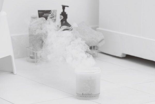 煙が出始めたら浴室から出て扉を密閉、1時間半以上放置する。缶は高温なので触らないよう注意を。