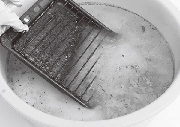 キャップ1杯分を4lのお湯に溶かして使うのが基本。落ち具合を見ながら濃さの調整を。溶液に入れた瞬間に泡が汚れを浮かせて取り去る様子は見ていて爽快!