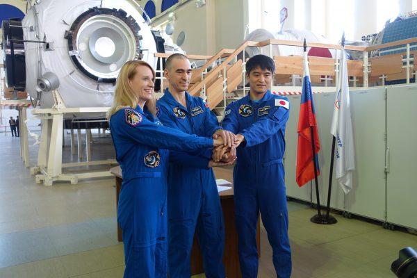 ロシアモジュールの最終試験に臨む大西卓哉宇宙飛行士ら / アナトーリ・イヴァニシン(Roscosmos)、大西卓哉、キャスリーン・ルビンズ(NASA)宇宙飛行士(C)JAXA
