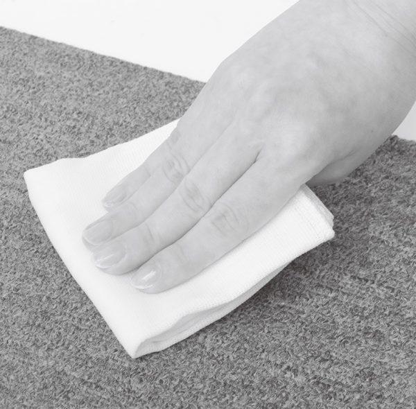 汚れが気になるカーペットやソファの表面を拭く。
