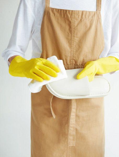 ビニール素材のスリッパを選べば掃除もラク。