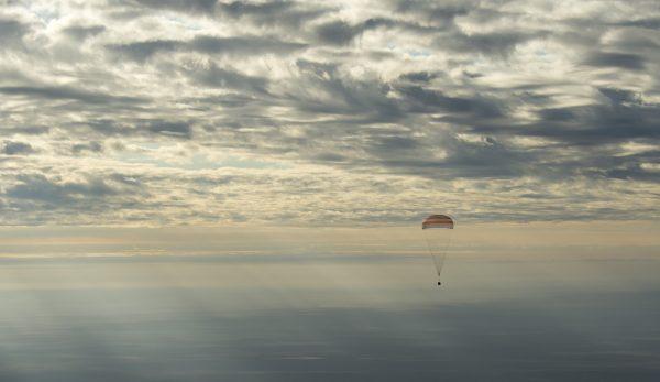 大西さんが10/30に帰還した時の、ソユーズMS-01の様子。雲を抜けて、もうすぐ地上!