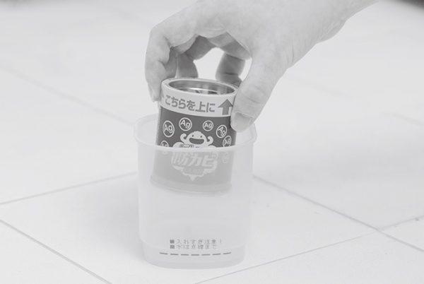 容器の線まで水を入れ、浴室の中央に置く。上向きに缶をセットすると、約30秒後に煙が出る。