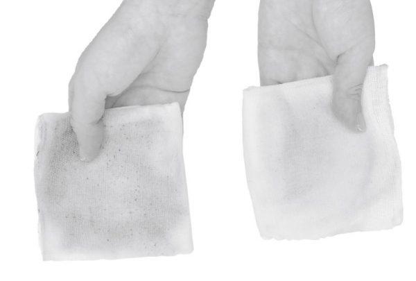 右は水、左はセスキ炭酸ソーダを含ませたふきんを使って拭いたもの。その差は歴然!
