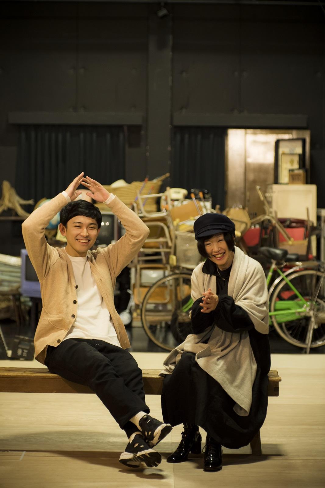 藤田貴大さんと大森伃佑子さん。