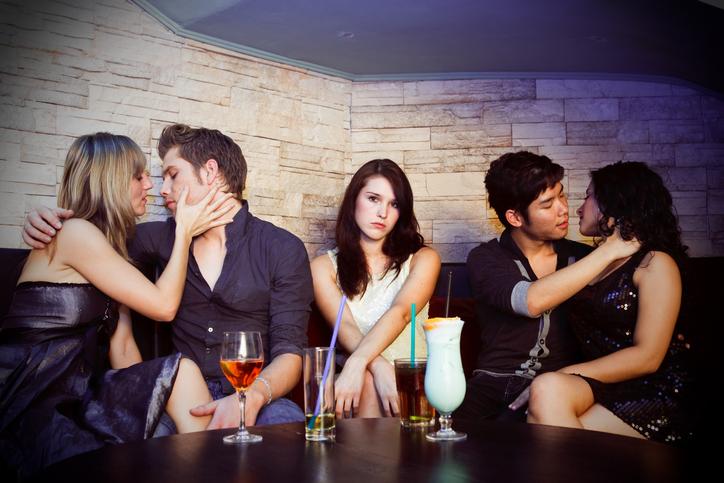 次から飲み会誘うのやめよう…モテない女子がしていた男性ドン引き行動5つ