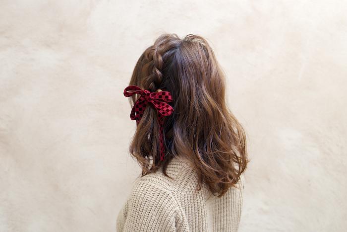 ロープ状にねじった毛束を2つの結び目の周りに巻きつける。