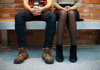 【お家デートが台無し】臭ッ!男子が一瞬で萎える「足の臭い」 対策3つ