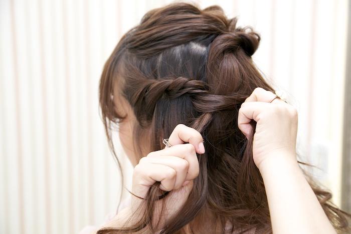 4:耳上サイドの髪をとり、ロープ状に編んでいく。