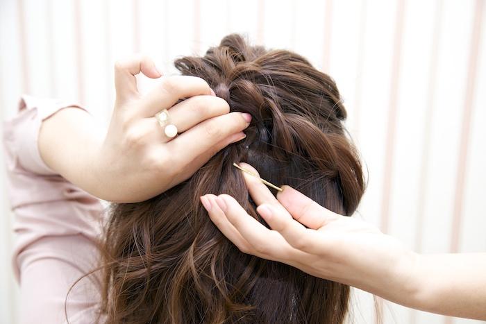 5:ロープ編みが頭の中央まで届いたら、3の結び目の下でピンを固定する(反対側も同様に)。