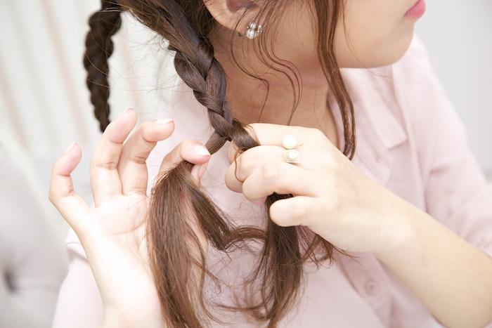 7:残った髪を左・中央・右の3つに分けて三つ編みし、ゴムで結ぶ。