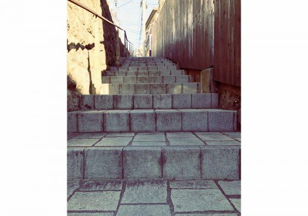 神楽坂路地裏階段たて (800×561)