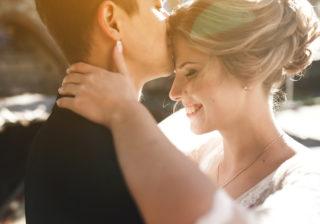 抱きつく、キスする…外出先での「恋人との肌の触れ合い」どこまでOK?