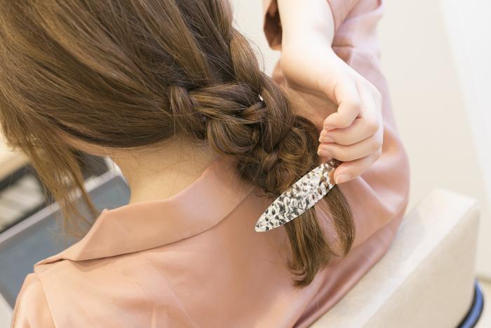 9:残った髪を左・中央・右の3つに分けて三つ編みし、ゴムで結ぶ。