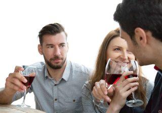 男性に「男好きで遊んでそうだ」と思われる女性の特徴3選