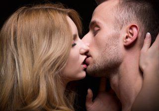 【清純さを演出…!?】男が「とろけるキス」テクニック2つ