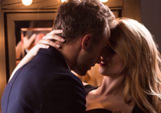 【後ろからギュッ…】男が「憧れるキス」シチュエーション3つ