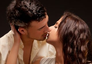 【欲求不満心理テスト】貴女はどんな「キス」を求めてる?