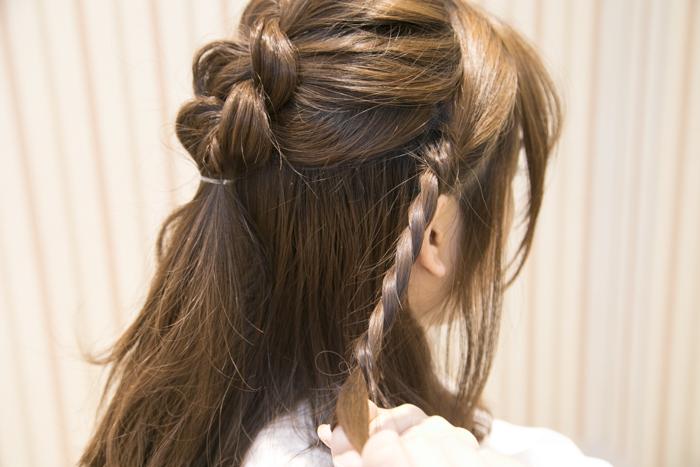 6:サイドの髪はワックスをつけ、二つに分けてねじる。