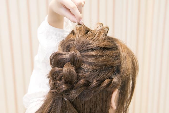 8:トップとサイドの毛束を少しづつ引き出して立体感を出す。