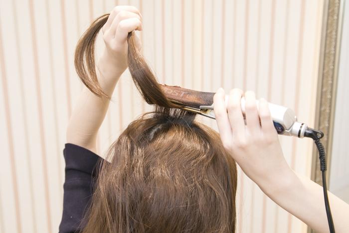 2:トップの髪をとり2・3段、波ウェーブを作る。