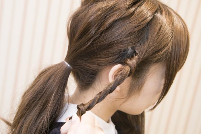 6:残った髪を左右それぞれサイドバングを残し、2つに分けてねじる。ここでワックスなどをつけるとまとまりやすくなるのでつけてもOK!