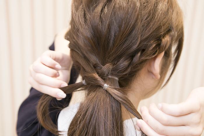8:ねじった左右の結んだ髪を後ろで交差させる。