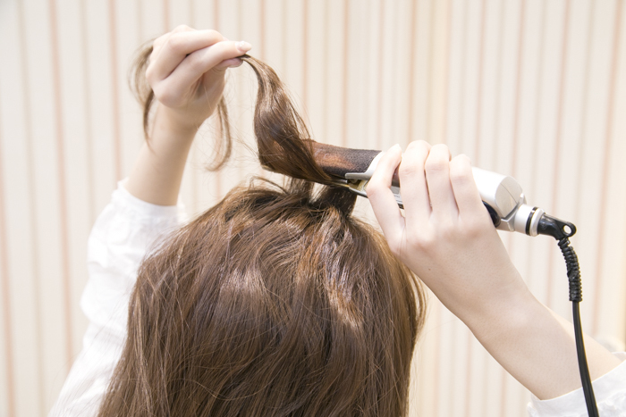 2:頭部トップの髪を、2段に分けて波ウェーブに巻く。このボリュームが、アレンジをするとふんわりしてちょうど良くなります!