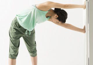 疲労感の原因にも…硬い背中は「かめはめ波のポーズ」でストレッチ!
