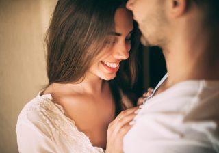 【突然のギュッ…を誘う】デート中「抱きしめたい」と思わせるテク2つ
