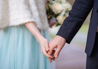 【指と指を絡め…】男がキュンとする「手を繋ぐ」ときの言葉2選