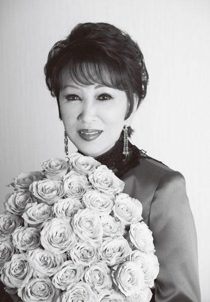 バラの花束を手に持ってにっこり微笑んでいる浅丘ルリ子