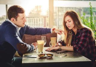 【毎回アレしてくるからイヤ】デートで男性がイラつく彼女の言動