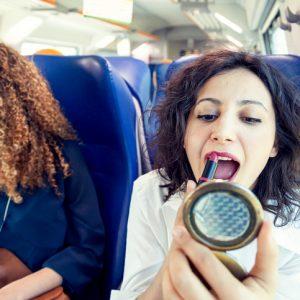 【うわ、恥ずかしくねぇの!?】電車内でがっかりする女性の行動3選