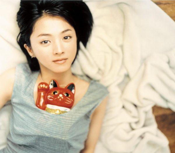 胸に赤い招き猫を入れている満島ひかりのかわいい画像