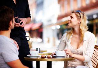 【アレに微笑むなよ】男性が言わないけど彼女に小さく嫉妬してる瞬間3選