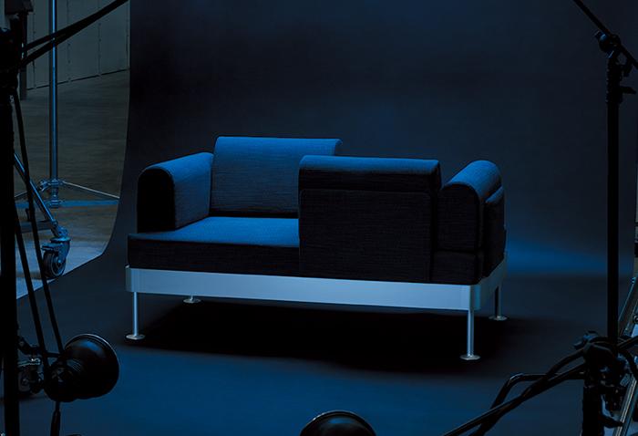 今、ヨーロッパで最も注目されているデザイナーと、ソファを製作。背もたれを好きに動かせる、多機能なフレームが魅力。眠る、座るなど、暮らしの中のさまざまなニーズに応えてくれます。座り心地も抜群!