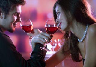 【大人数の飲み会で…】モテ女の「2人きりになる」アピール術4つ