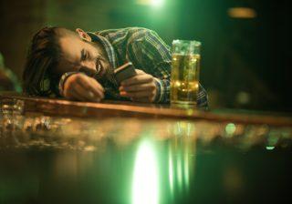 【誰でもいいから…?】男性が酔っ払って連絡してくる心理3選