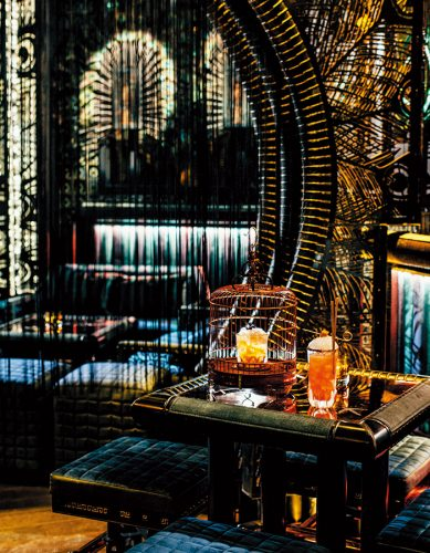 『Ophelia』のカクテル。左から、ザクロの「Cheongsam(チョンサム)」HK$130、ブラッドオレンジの「Plumage(プルマージュ)」HK$145。