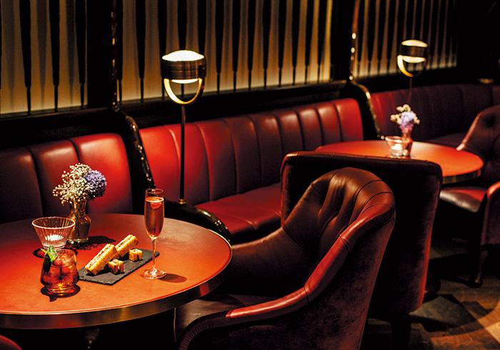 黒トリュフが香るブリオッシュサンド「TRUFFLE BIKINI」HK$220。カクテルはHK$130〜。