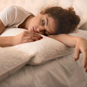 【恐怖しかない…】メイクをしたまま寝た肌が発信する3つのSOS|ちょこっと美容マメ知識#11