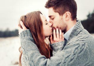 唇が触れる寸前に…♡男心をくすぐる「キスの簡単小技」3選