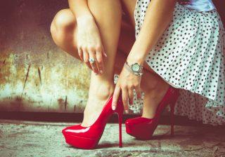 あなたは大丈夫?玄関での「正しい靴の脱ぎ方」|モテる女のマナー講座 vol.1
