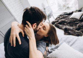 10の質問から分かる!彼がムラムラ「興奮するキス」診断