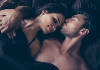 密着してスリスリ…エッチ直後「男が好きな女にだけ」する行動4選