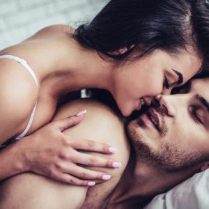 唇が重なる直前で…男に「キス上手」と勘違いさせる簡単テク4つ