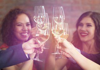 知らないと恥ずかしい!…「乾杯!」でグラスを合わせるのはマナー違反⁉モテる女のマナー講座 vol.9