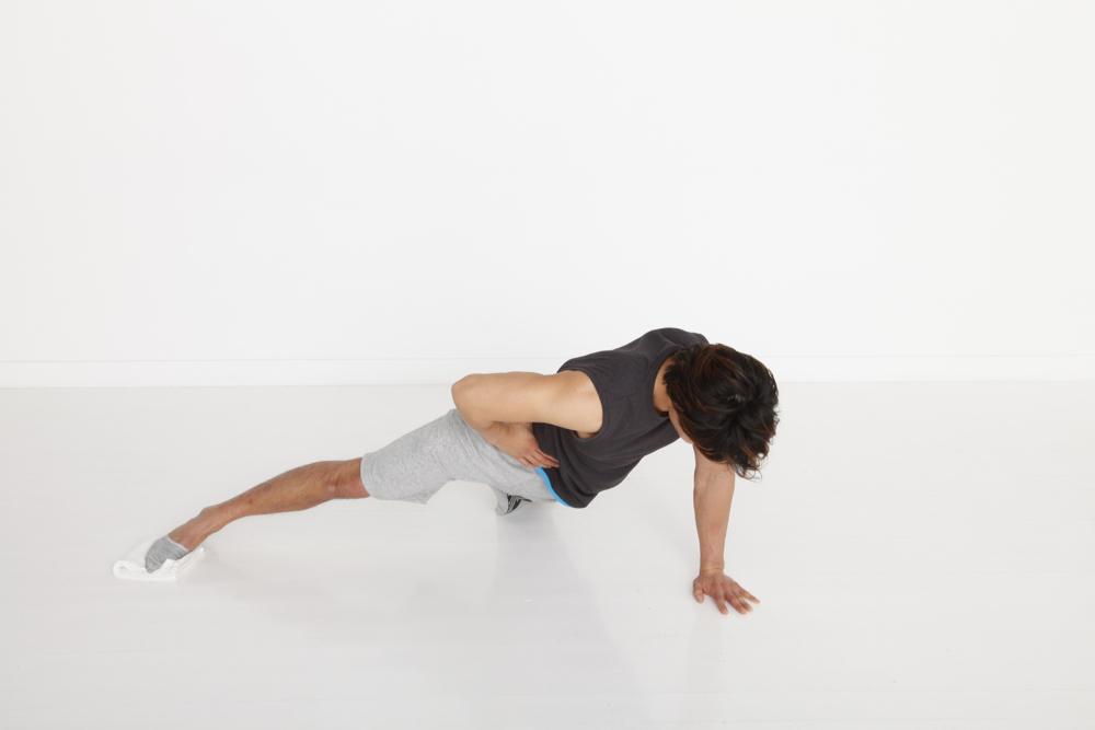 右足は伸ばしたまま、胸が床と平行になるように気を付けて。