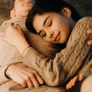 朝、目覚めると… 男が幸せを感じる「同棲中の彼女の行動」3選